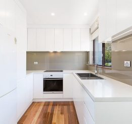 White Polyurethane Kitchen with Glass Splashback